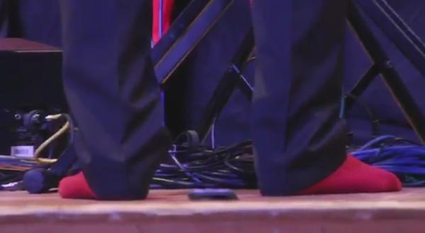 Der Chorleiter mit farblich abgestimmten Socken